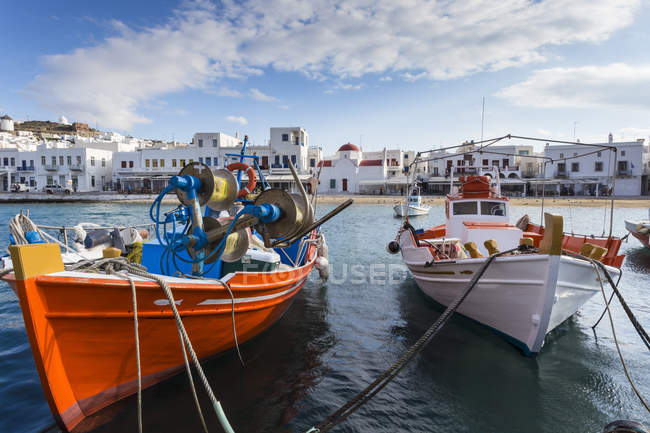 Barques colorées dans le port — Photo de stock