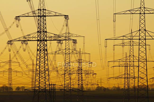 Torres de alta tensión y líneas eléctricas, Alemania - foto de stock