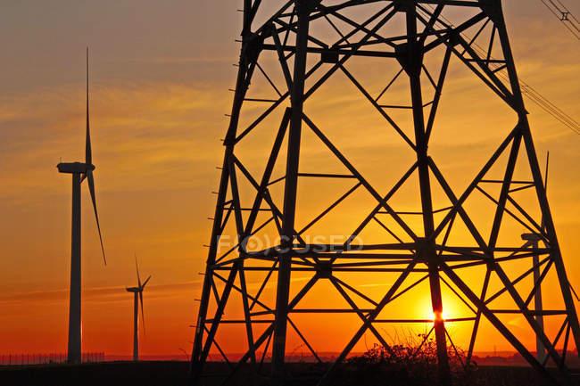 Molinos de viento, Pilón, líneas de energía, Alemania - foto de stock