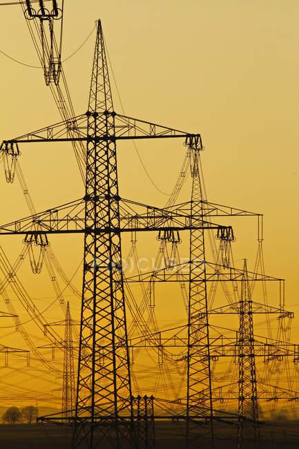 Líneas de energía en la luz de la mañana, Alemania - foto de stock