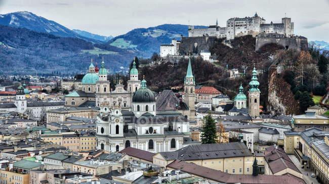 Monchsberg пагорбі до Старого міста — стокове фото