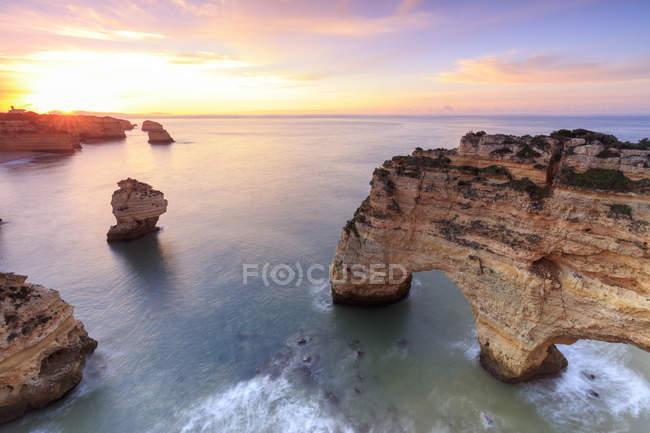 Penhascos, emoldurados por águas azul-turquesa do oceano — Fotografia de Stock