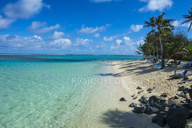 Білий піщаний пляж і бірюзові води — стокове фото