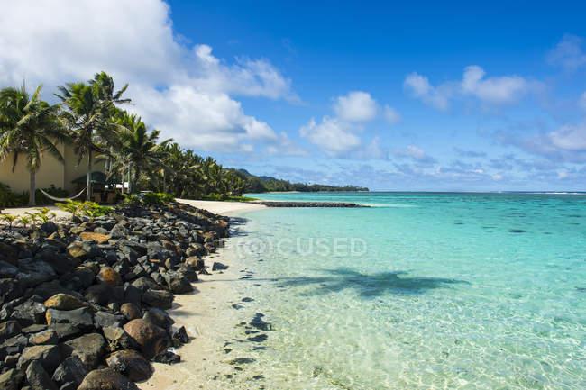 Eaux turquoise et plage de sable blanc — Photo de stock