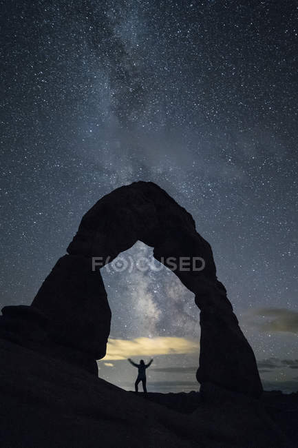 Milky Way and person under Delicate Arch — Stock Photo