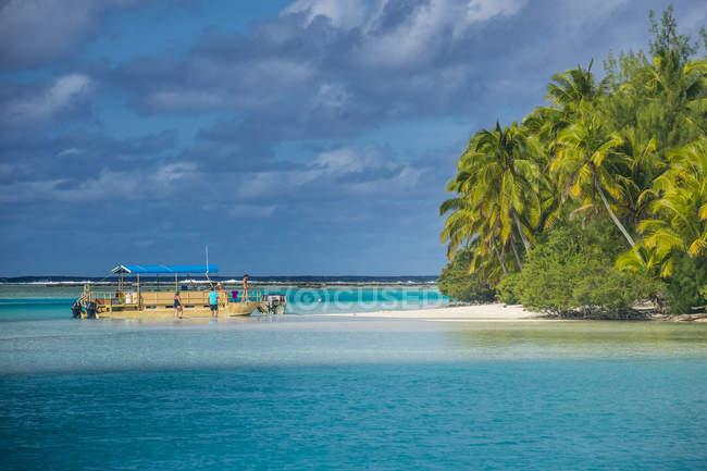 Традиційні дерева, різьблені човен — стокове фото
