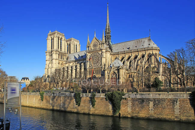 Seine River with Notre Dame Cathedral — Stock Photo