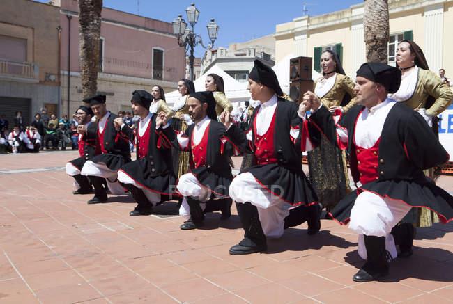 Männer, die kniend feiert St. Antioco — Stockfoto