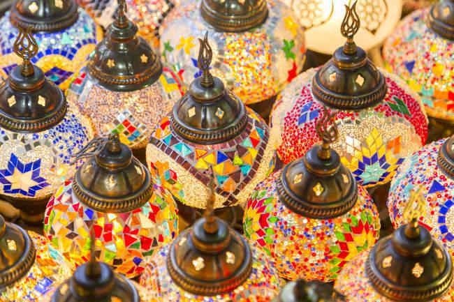 Lâmpadas coloridas enforcamento na venda — Fotografia de Stock