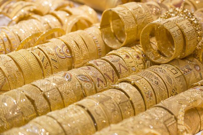 Joyas de oro en venta - foto de stock