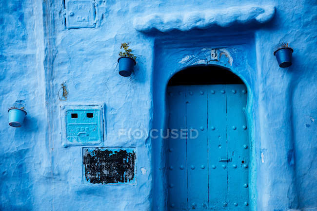 Traditional doorway in Chefchaouen — Stock Photo