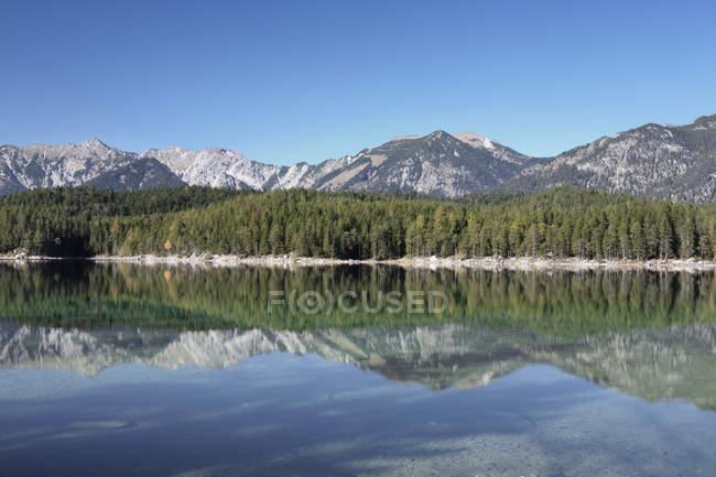 Роздуми, Eibsee озеро — стокове фото