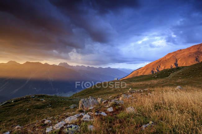 Nuages sombres sur les hauts sommets — Photo de stock