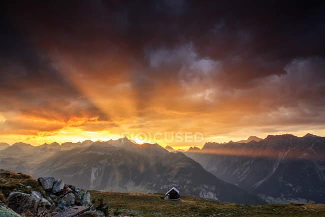 Coucher de soleil au-dessus des sommets — Photo de stock