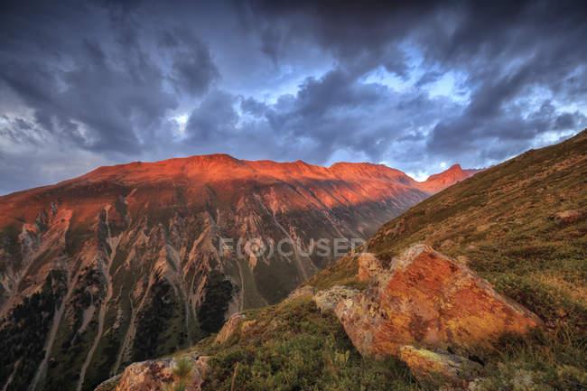 Coucher de soleil lumière encadrent les pics rocheux — Photo de stock