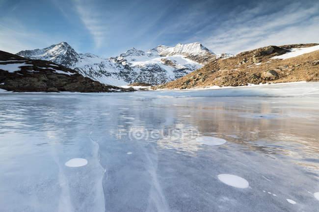 Ciel bleu sur le Lej Nair congelés — Photo de stock