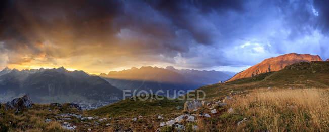 Cielo di fuoco sulle alte vette — Foto stock