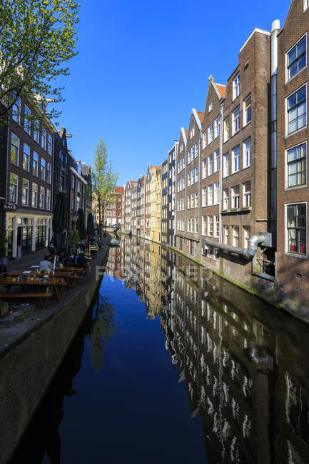 Houses reflected in canal, Amsterdam — Stock Photo