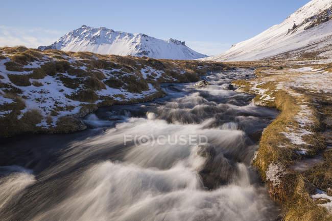 Ледниковая река и заснеженные горы — стоковое фото