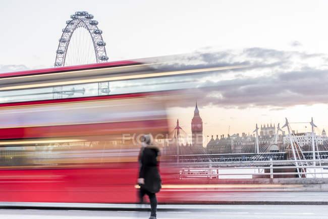 Lady crossing Waterloo Bridge — Foto stock