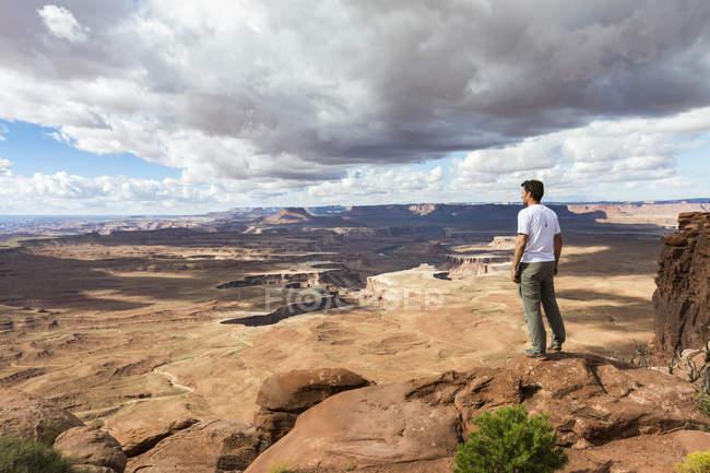 Man overlooking the landscape — Stockfoto