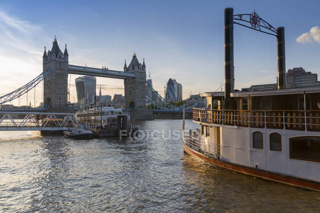 Tower Bridge, traditional riverboat — Stock Photo