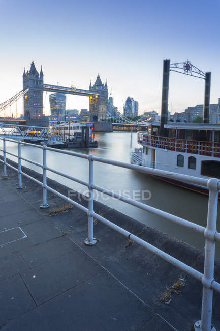 Tower Bridge, riverboat tradizionali — Foto stock