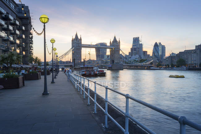 Tower Bridge et la ville de Londres — Photo de stock