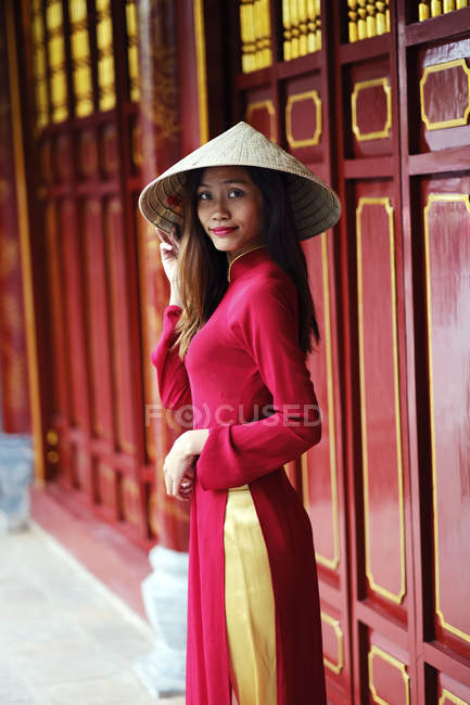 Vietnamese woman in traditional Ao dai dress — Stock Photo