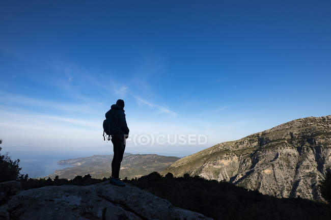 Woman hiking in the Taygetos Mountains — Stock Photo