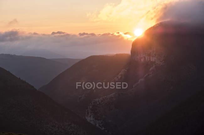 Lever du soleil sur Monte Cucco en hiver — Photo de stock