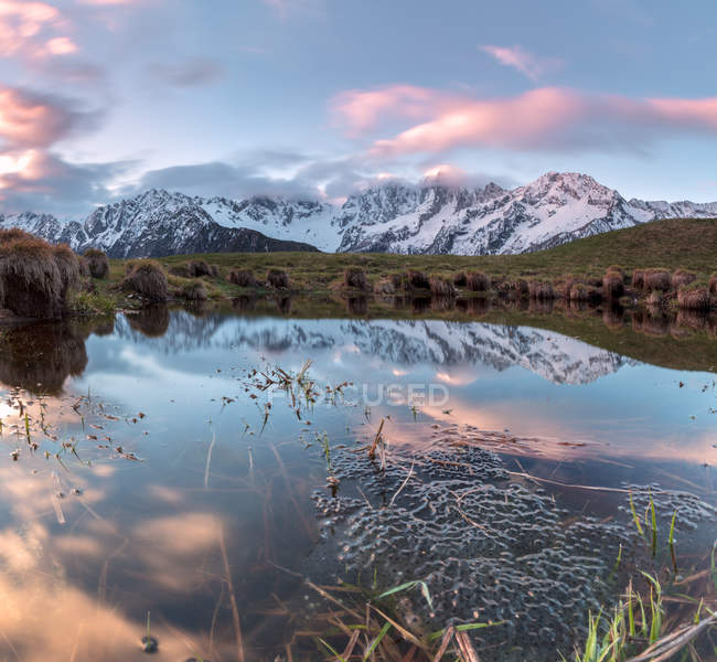 Clouds reflected in water at dawn — Stock Photo