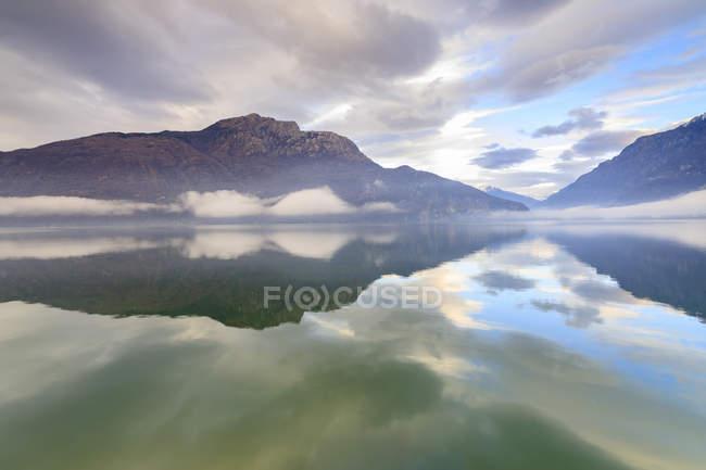 Гори, відображені в озеро — стокове фото