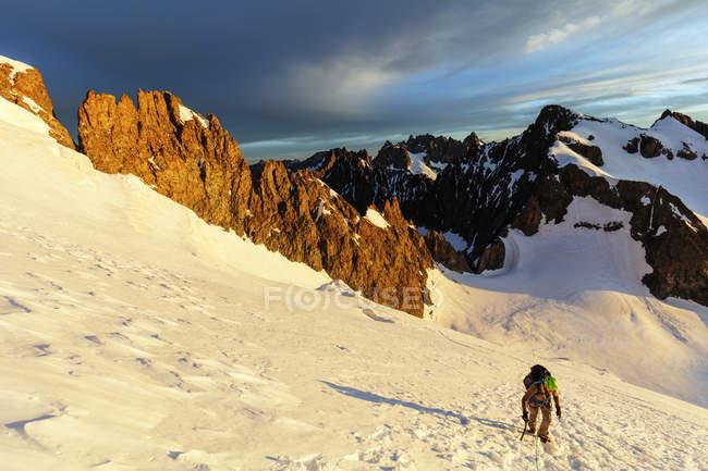 Escalador sobre glaciar, Parque Nacional de Ecrins - foto de stock