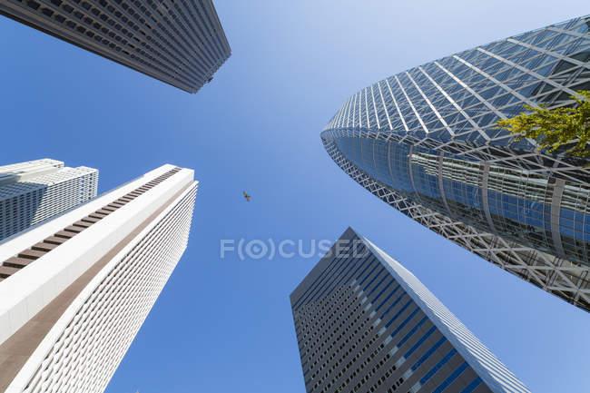 Gratte-ciels dans le quartier de Shinjuku — Photo de stock