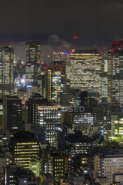 Bâtiments du centre ville dans la nuit — Photo de stock