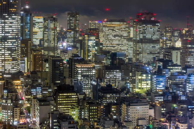 Bâtiments du centre ville dans la nuit à Tokyo — Photo de stock