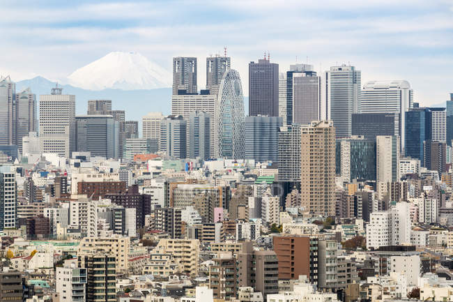 Quartier de Shinjuku avec des gratte-ciel à Tokyo — Photo de stock