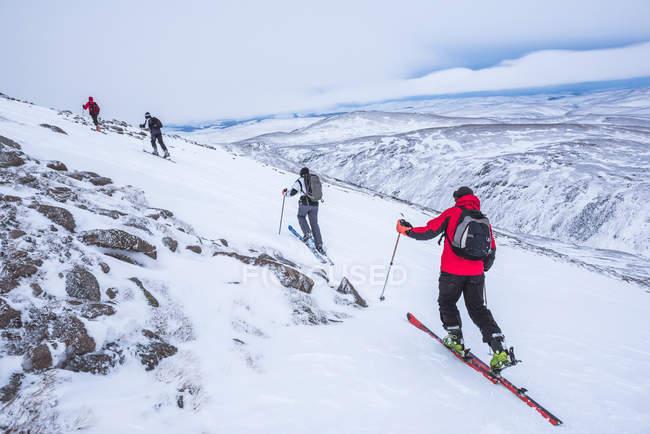 Люди лыжные прогулки в Cairngorm горы горнолыжного курорта в Шотландии — стоковое фото