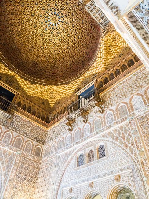 Oro a soffitto di Alcázar di Siviglia — Foto stock