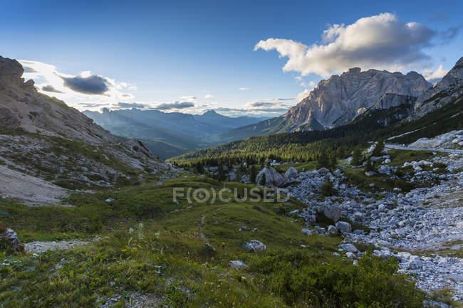 Мальовничий вид на гірський масив на Valparola перевал, Доломітові Альпи, Італія — стокове фото