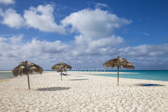 Sonnenschirme am Strand von Playa Paraiso — Stockfoto