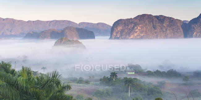 La vallée de Vinales dans la brume — Photo de stock