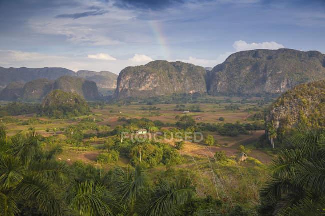 La vallée de Vinales avec rainbow — Photo de stock