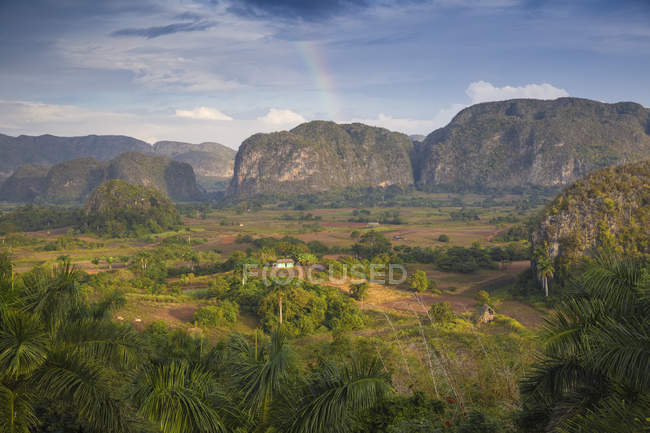 La vallée de Vinales avec rainbow — Photo de stock