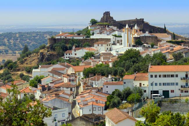 Pueblo medieval portuguesa del cima de la colina - foto de stock