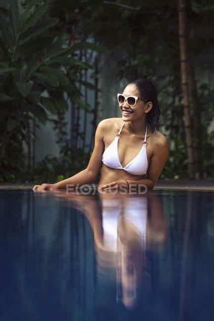 Donna asiatica in piedi di bikini bianco in piscina, Cambogia — Foto stock