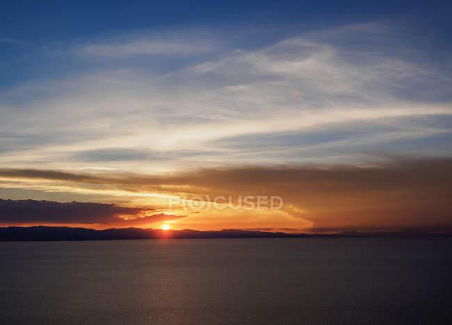 Vista del Lago Titicaca in Copacabana sul tramonto, dipartimento di La Paz, Bolivia, Sud America — Foto stock