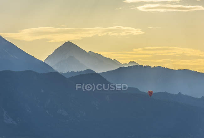 Balloon flying over mountains at sunrise, Bled, Slovenia, Europe — Stock Photo