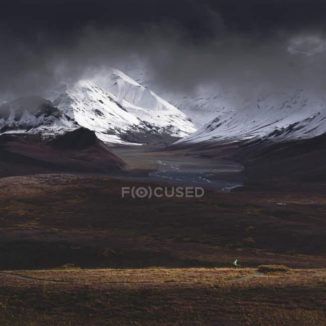 Турист, освітлені сонячним світлом у мальовничий краєвид Denali National Park, Аляска, Сполучені Штати Америки, Північної Америки — стокове фото